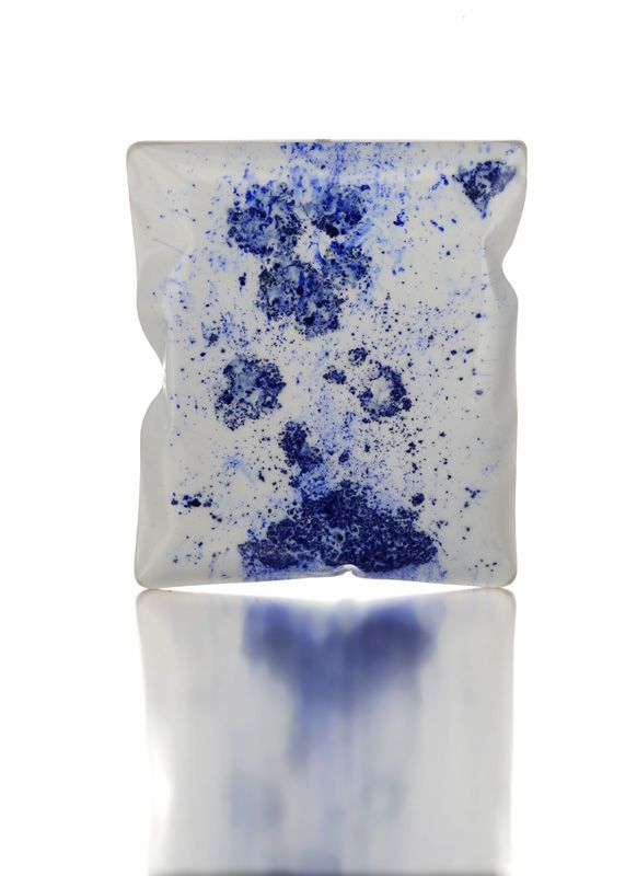 Catalina Brenes – Brooch. Pigment, resin