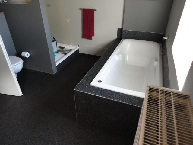 Badomkasting vloer pinterest - Badkamer betegelde vloer ...