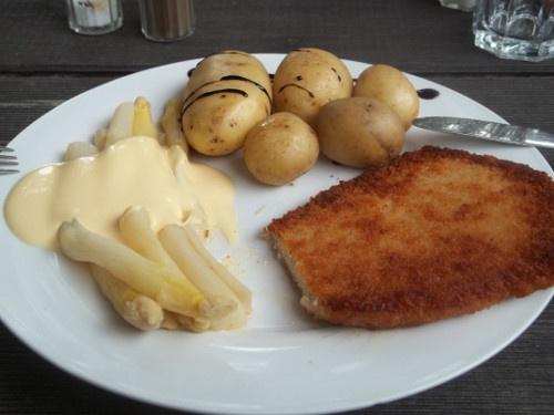 Wienerschnitzel con  asparagi e salsa olandese e patate