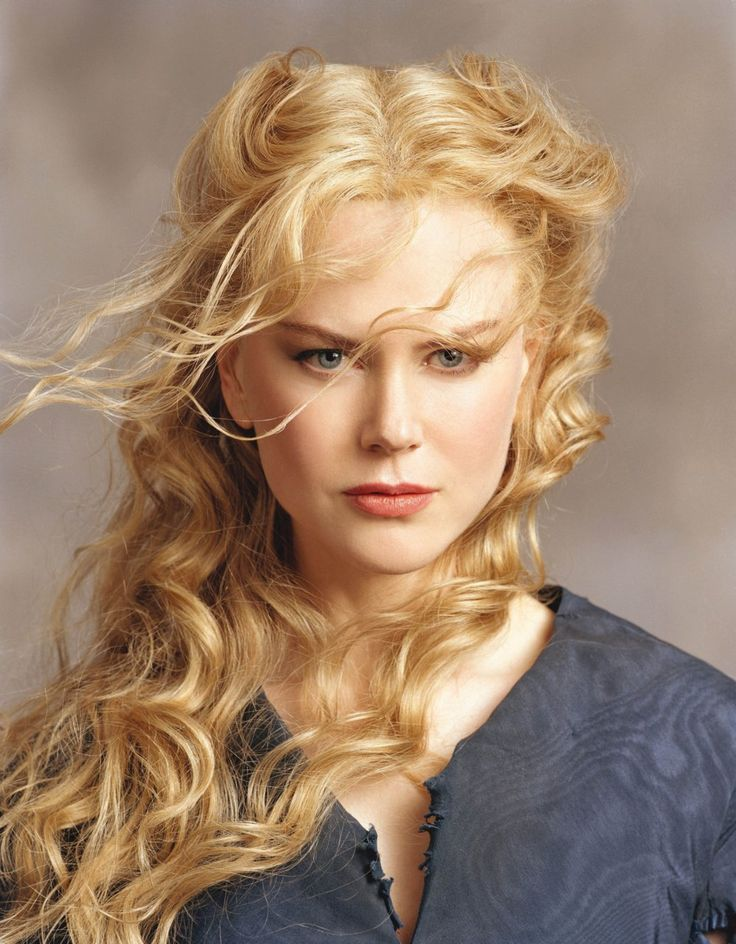 Nicole Kidman strawberry blonde hair colour and waves