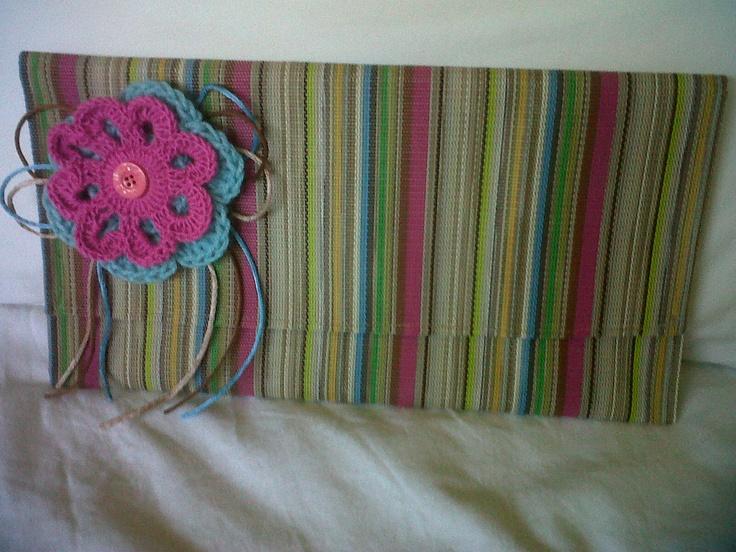Cartera de mano..con flores en crochet y cintas.