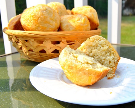Rosemary Cheddar Cornbread Muffins - These cornbread muffins get extra ...