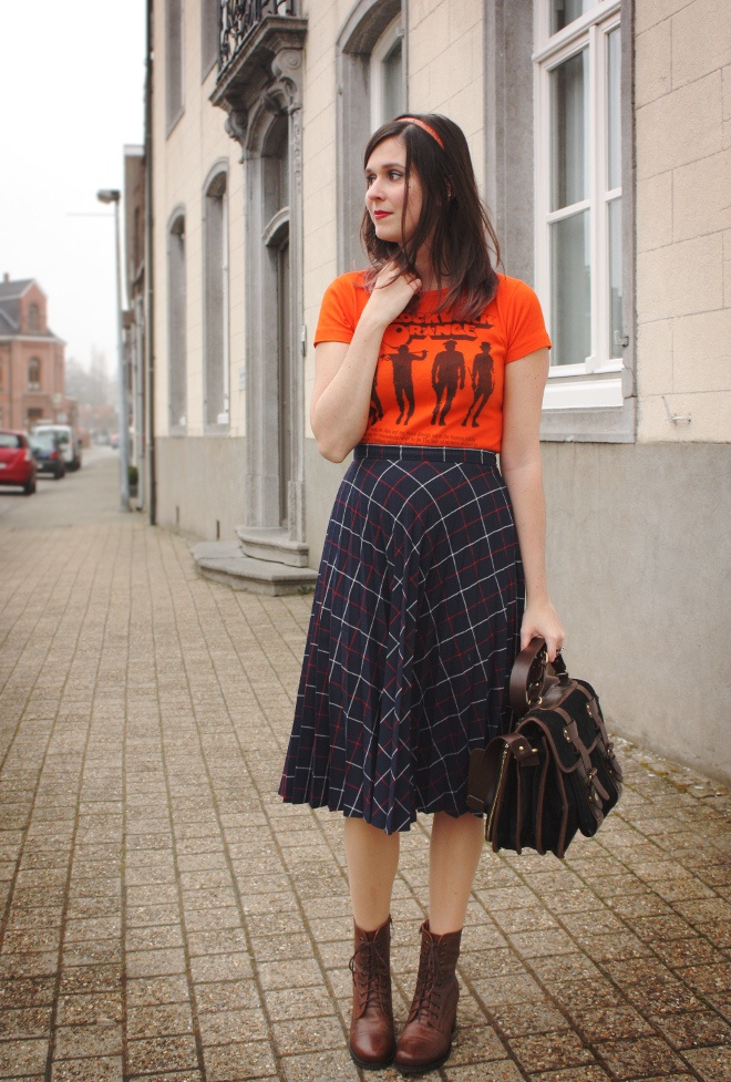 Loving this look from @stylingdutchman wish I could pull off a vintage skirt and tshirt!