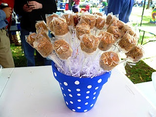 What a cute idea - instead of cake pops, this is marshmallow pops - I like this A LOT!!!