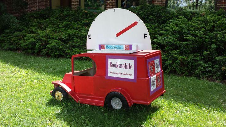 Bibliobús de talla infantil, situado ante una biblioteca pública de Virginia.