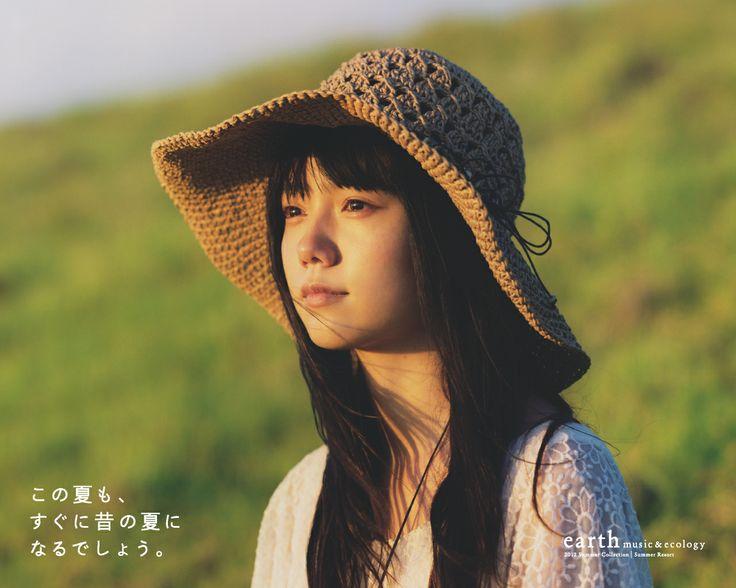 草原にたたずむこちらを見つめる宮崎あおい