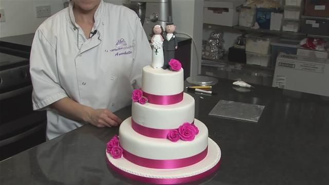 how to decorate valentine's day cake