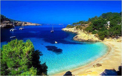 La paradisiaca cala salada en Ibiza, España. Esta maravillosa playa compuesta por una cala mayor y otra menor (Cala Saladeta) está rodeada de frondoso bosque mediterráneo y muchos rincones donde relajarse admirando el paisaje o darse un baño en sus transparentes aguas. Sencillamente fascinante. Ver imagen en tamaño Wallpaper.