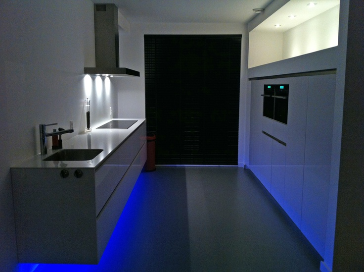 Keuken Kastenwand Met Nis : Zwevende greeploze keuken met ingebouwde kastenwand met verlichte