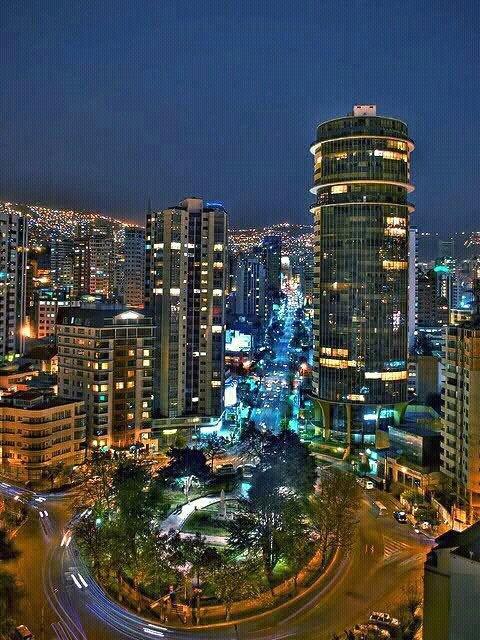 La Paz, Bolivia y una vista nocturna a la plaza Isabel la Católica