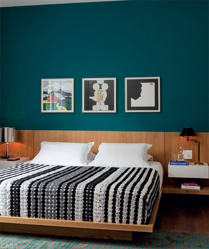 Apartamento Higienópolis 1 | antonio&mario / O azul-petróleo (P067, Suvinil) domina a cena e faz uma bela parceria com a cabeceira de carvalho (1,20 m de altura) da Madeirarte.