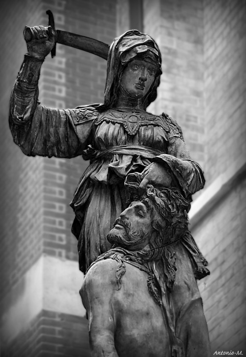 judith and holofernes by donatello The bronze sculpture judith and holofernes (1460), created by donatello at the  end of his career, can be seen in the hall of lilies (sala dei gigli), in the palazzo .