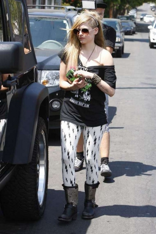 Avril Lavigne styling a cute Grungy outfit