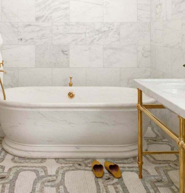 Cararra tile wall and tub with mosaic pattern floor