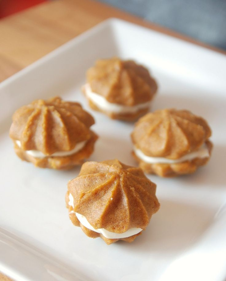 Pumpkin Whoopie Pies with Maple Cream Cheese Filling... Oh these look ...