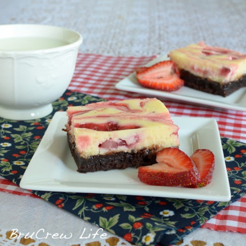 strawberry coconut cheesecake brownies. | Deliciosity | Pinterest
