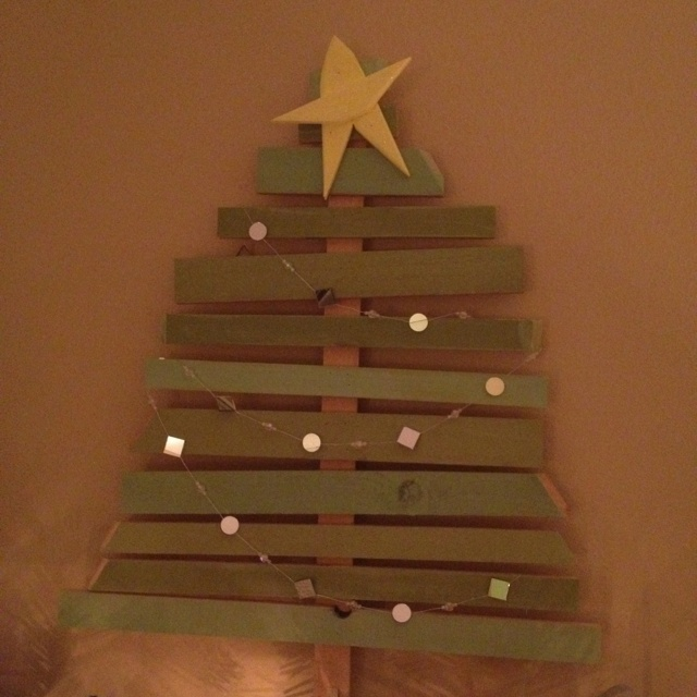 Wooden christmas tree crafts pinterest for Christmas crafts using wood