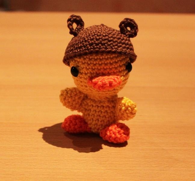Goldige *Baby-Ente* mit Bärenhut, +Amigurumi+ gehäkelt, sucht ein kuscheiges zu Hause. Sie sieht so niedlich aus.    Dekorieren Sie damit Ihre Fens...