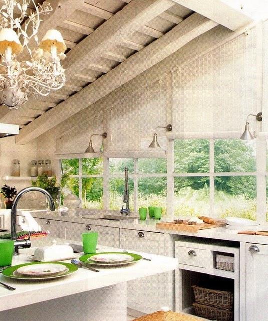 Cocina con techo de madera y grandes ventanales
