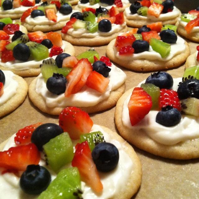 Mini fruit pizzas! | yumyumyum | Pinterest