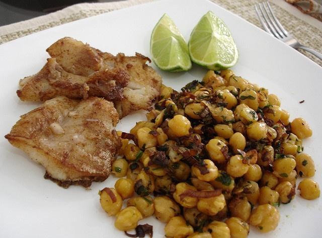 Garlic chickpeas with cumin fried fish / Grão-de-bico ao alho com ...