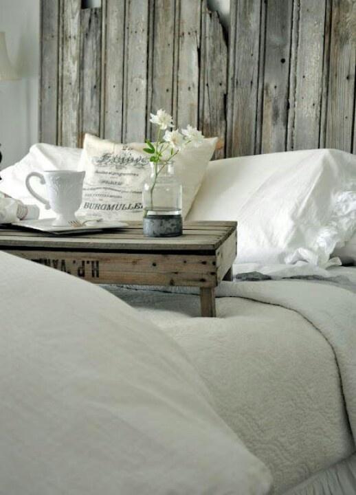 Ontbijt op bed met een bloemetje