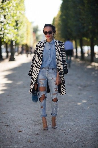 Double denim + statement coat = so chic (and so easy!)  Image via Caroline's Mode