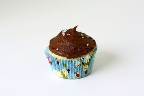 ... : Simple Yellow Cupcakes with Hershey's Perfectly Chocolate Frosting