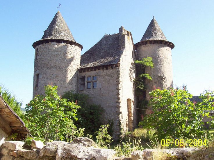 Small castle senergues france castles pinterest for Small chateau