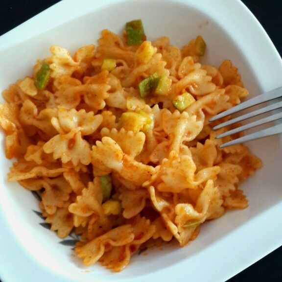 farfalle with zucchini and tomato paste. yummy!