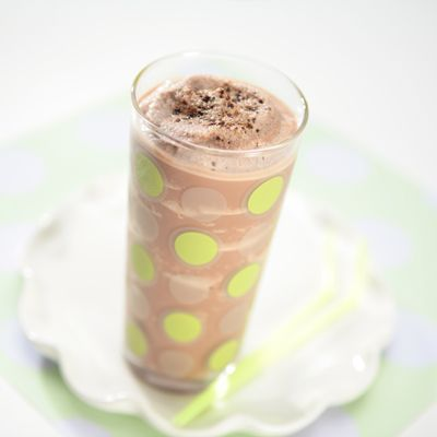 Frozen Chocolate Jitterbug Smoothie | Meals.com Give your energy a jumpstart with this delicious Frozen Chocolate Jitterbug smoothie from Carnation Breakfast Essentials. Give it a try today! #frozenchocolatejitterbugsmoothie #carnationbreakfastessentials #summerdrinks
