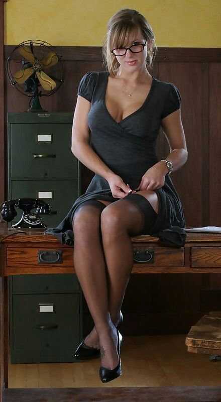 Close up posing in the office from an mature babe Deliliah Stevenson № 582603 загрузить