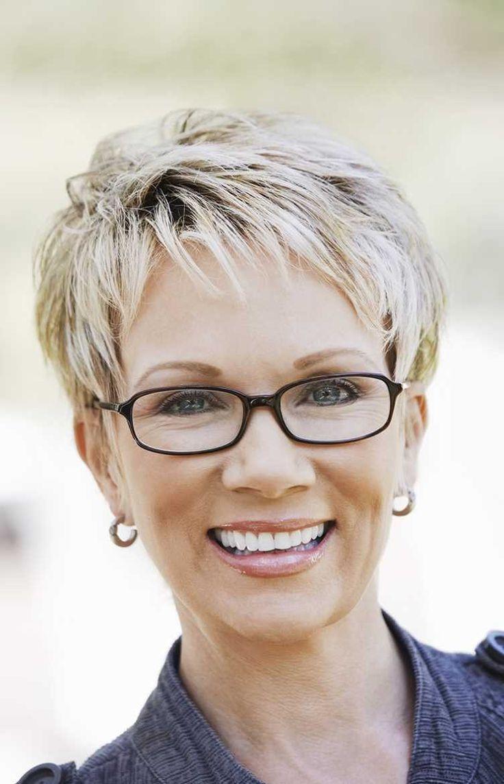 Короткая женская стрижка в очках