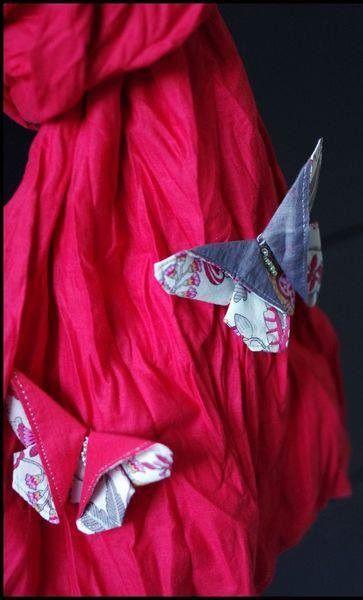 http://leslubiesdelouise.com/2013/04/05/un-papillon-en-tissu-facon-origami-diy/