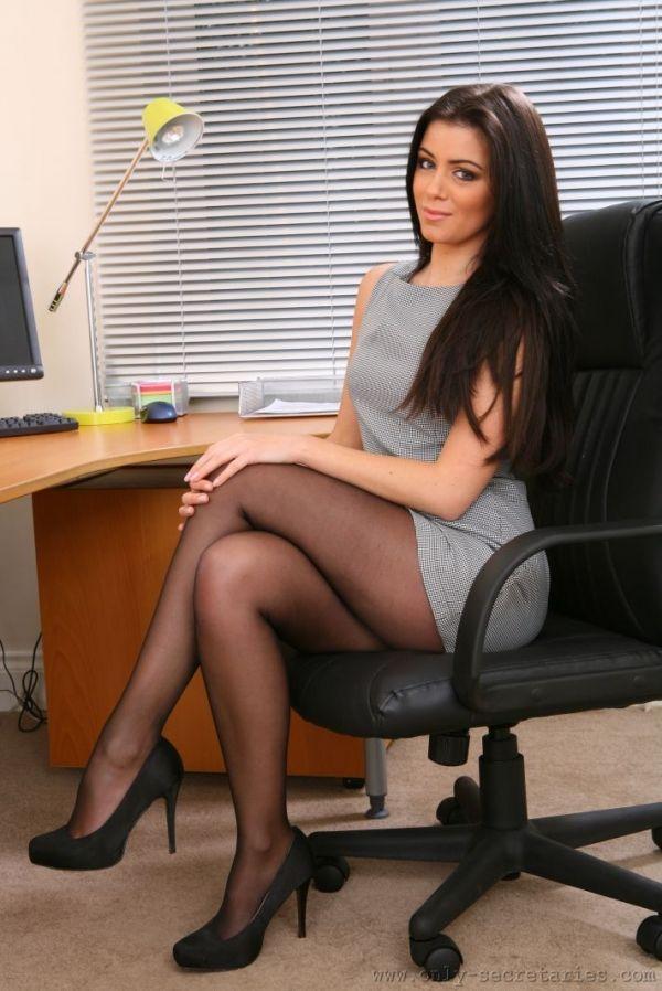 Brunette babe in black stockings showcasing her tempting curves № 536912 бесплатно