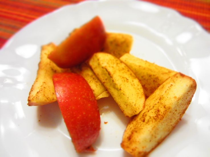 Cinnamon Apple Snack:Sprinkle apple slices with cinnamon to get a ...