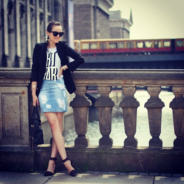 デニムスカートと黒ジャケット