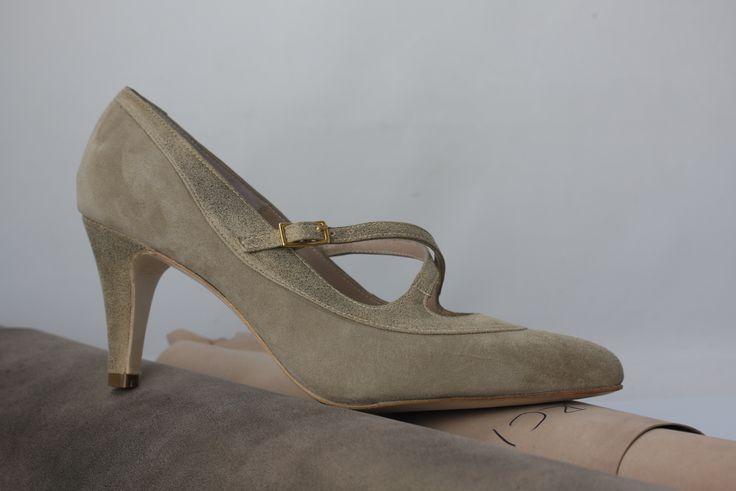 #zapatos tipo #salon con #pulsera en #ante y #piel #metalizada #fashion #shoes #handmade by jorgelarranaga.com @larranagaonline