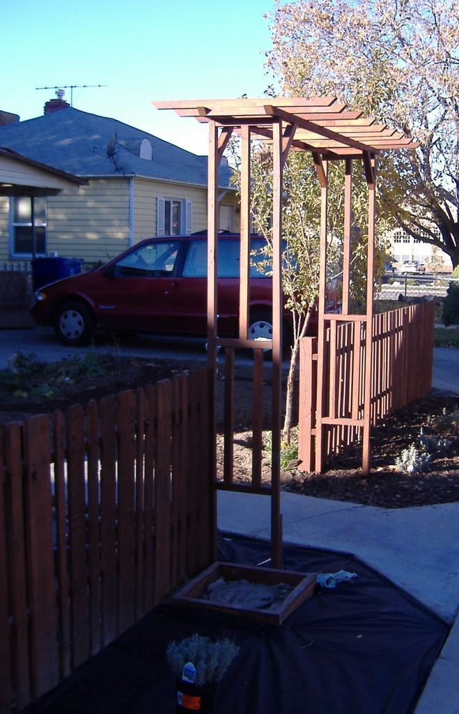Pallet wood picket fence diy projects for Pallet picket fence