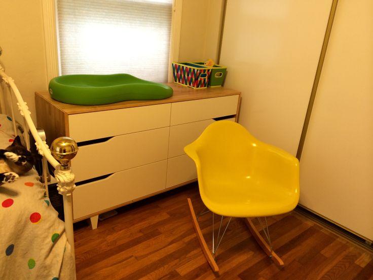 Wickelkommode Ikea Leksvik Maße ~ Sam's room Ikea Mandal dresser with Eames rocker & Keekaroo changer