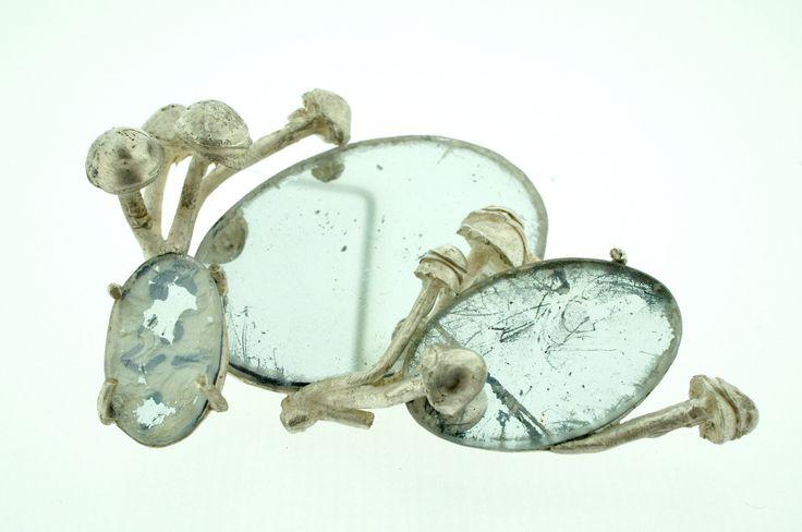 Azahara Santoro - Afenfosmicoeisoptrofobia- Miedo irracional a ser tocado por el hongo que vive en los espejos. Broche, pieza unica. La Basilica Gallery