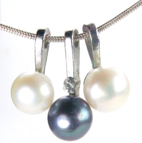 "Amazon.com: Elegant White & Black Trio Pearl Pendant, 24"" Snake Chain: LLC Price Groove: Jewelry - via http://bit.ly/epinner"