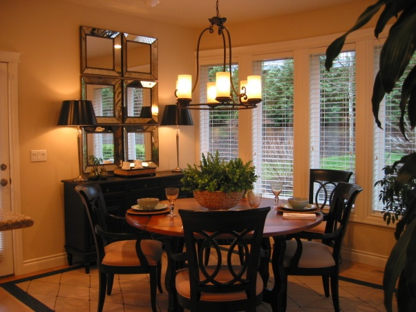 Casual dining room centerpiece ideas bold drama dining for Relaxed dining room ideas