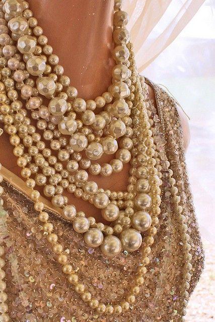 Платье с бусами из жемчуга