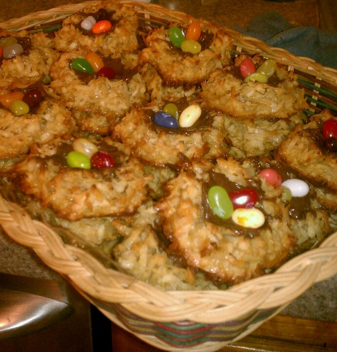 ... bird's nests for Easter... coconut macaroons with nutella & jelly...
