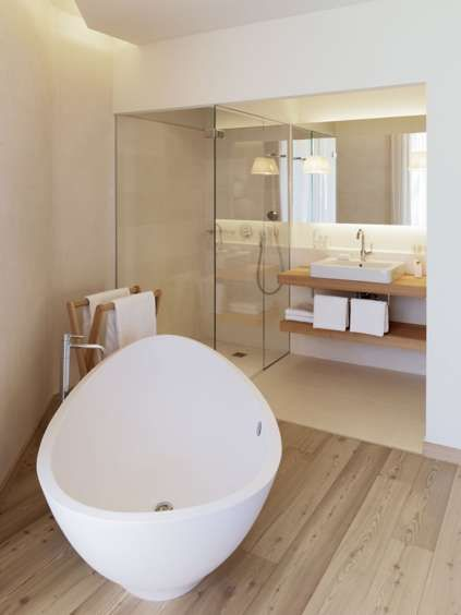 Mountain forest lodgings for Forest bathroom ideas