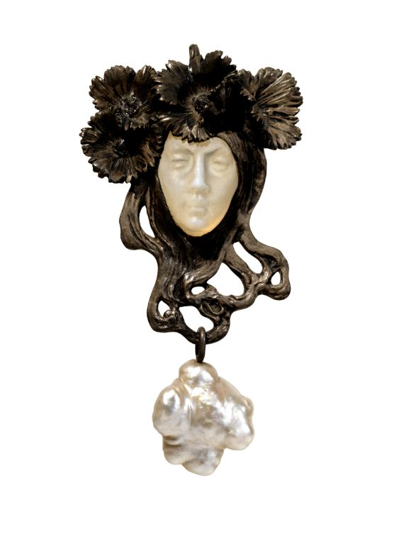René Lalique (1860-1945) - Female face pendant. Glass, silver, enamel, gold and baroque pearl. France, ca. 1898-1900.