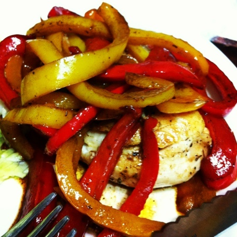 Roasted chicken with balsamic peppers throughthedonuthole.blogspot.com