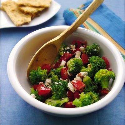 """Ensalada de brócoli, queso feta y tomate.  En unos cuantos minutos puedes preparar esta crujiente ensalada basada en un ingrediente """"milagro"""": el brócoli. El brócoli es una superestrella en la nutrición. Contiene más nutrientes que cualquier otra verdura. Estos incluyen vitamina C, vitamina A (beta caroteno), ácido fólico, calcio y fibra. + info imagen"""