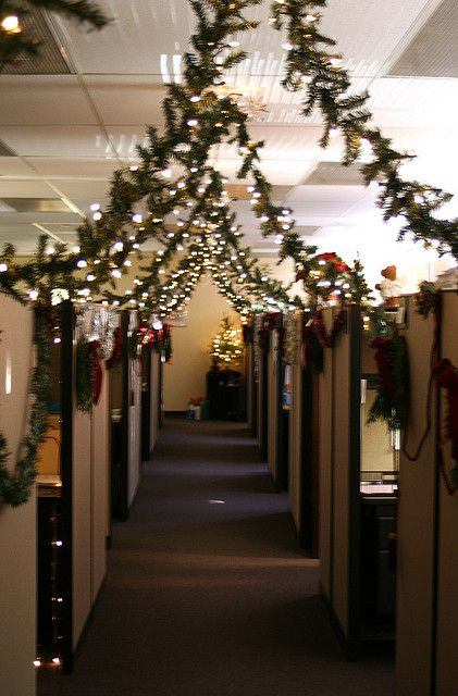 26 wonderful christmas decorating ideas for the office for Cubicle decoration xmas
